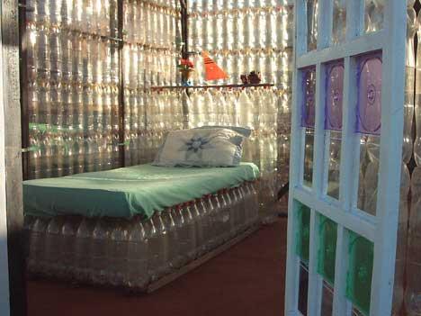 Ökológiai ház műanyag palackokból