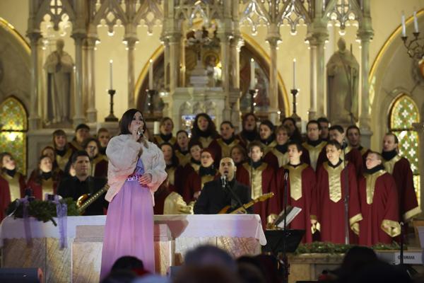 Ünneplőbe öltözött dallamok – Szekeres Adrien – adventi turné és koncert