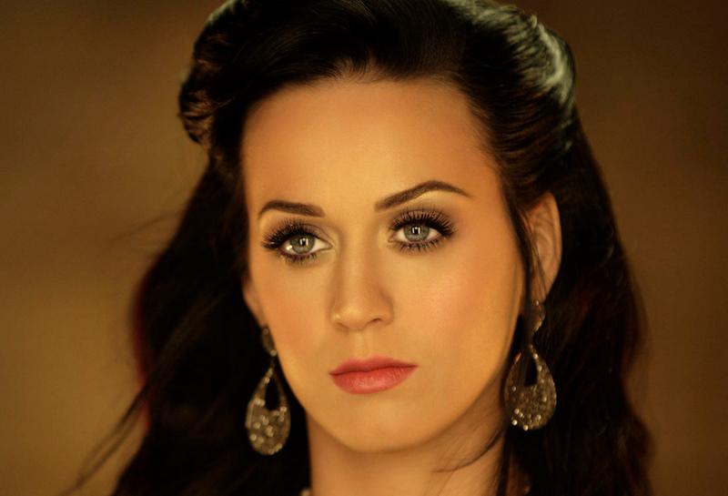 Bekötik Katy Perry fejét