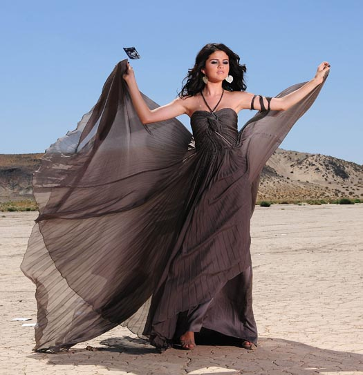 Selena Gomez elárverezi ruháját