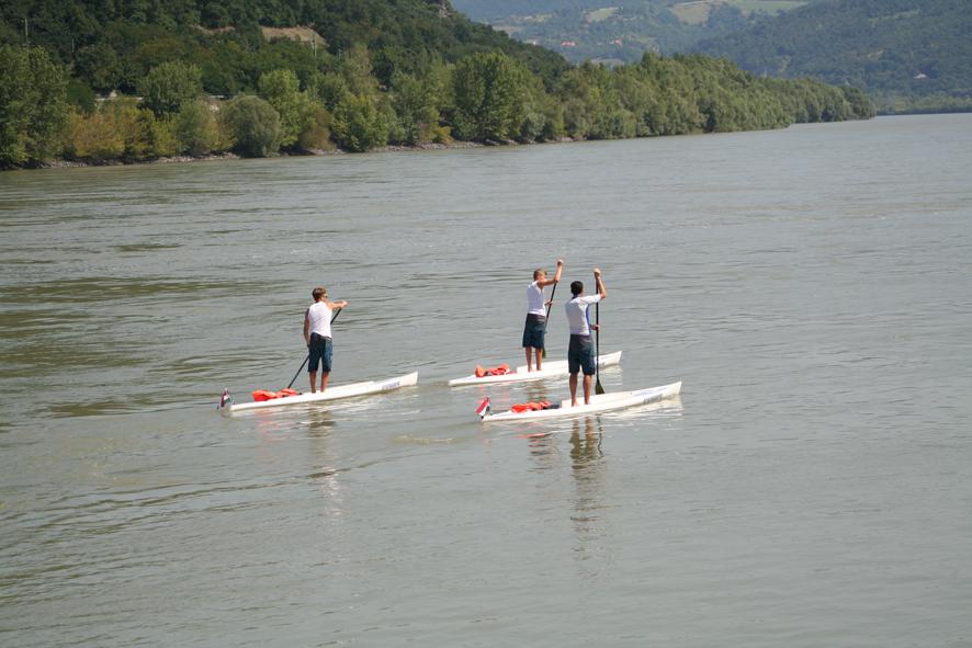 Már megvan a világrekord! Több mint 1000 km-t tett meg a magyar család állva evezve a Dunán!