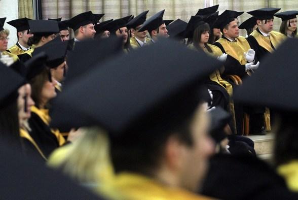 Mennyit keresnek a friss diplomások? A legnépszerűbb szakok adatai