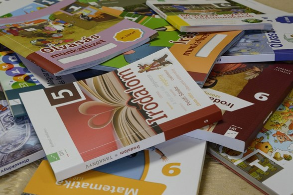 Jó hír a szülőknek: ezek a diákok kapják ingyen a tankönyveket