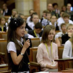 300 diákkal telt meg az Országház