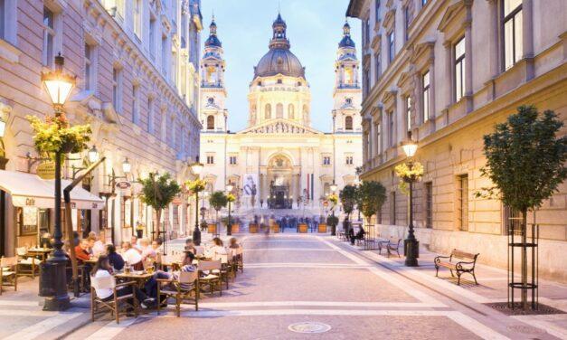 Budapesten van az Emily Párizsban főszereplője, és nagyon úgy tűnik, hogy imádja a magyar fővárost!