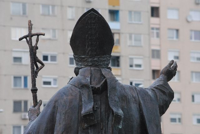 """""""Ne féljetek!"""" – Szobrot kapott Szent II. János Pál pápa Miskolcon"""