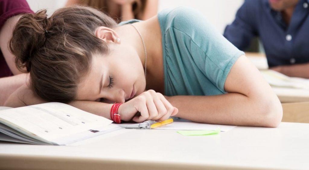 """""""Próbálok ébren maradni"""" – egy túlterhelt diák küzdelme a magyar oktatással"""